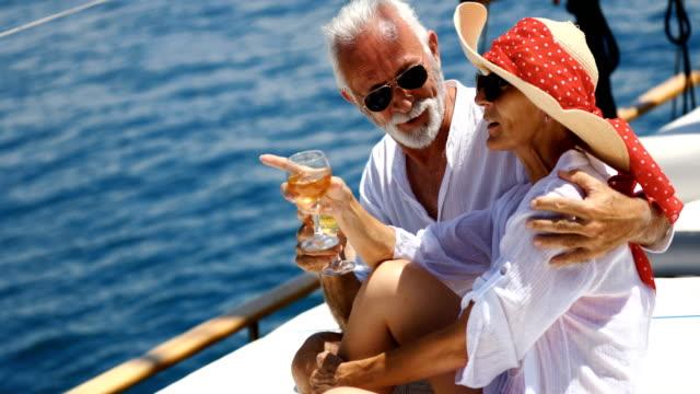 vídeos y material grabado en eventos de stock de pareja de ancianos en un crucero de vela. - buque