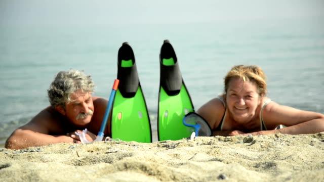 vídeos de stock e filmes b-roll de casal idoso na praia com equipamento de mergulho - aqualung diving equipment