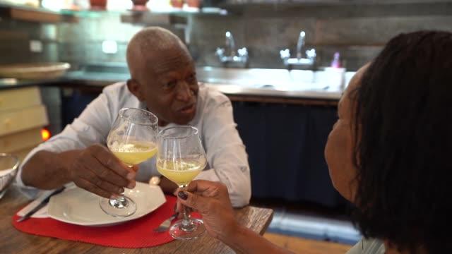 älteres paar auf festlichen toast am familienessen - kaltes getränk stock-videos und b-roll-filmmaterial