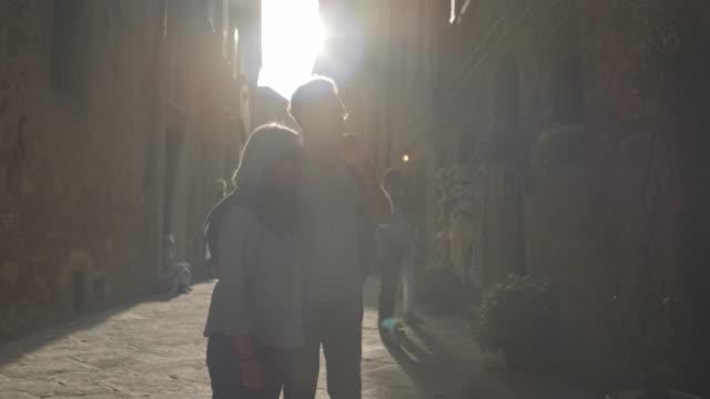 senior couple on city break - städtereise stock-videos und b-roll-filmmaterial