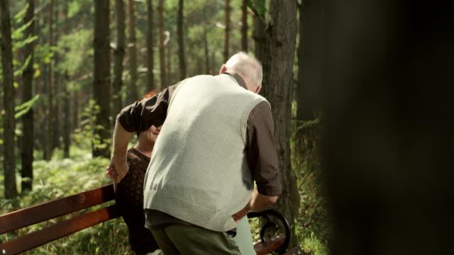 公園のベンチに年配のカップル - ベンチ点の映像素材/bロール