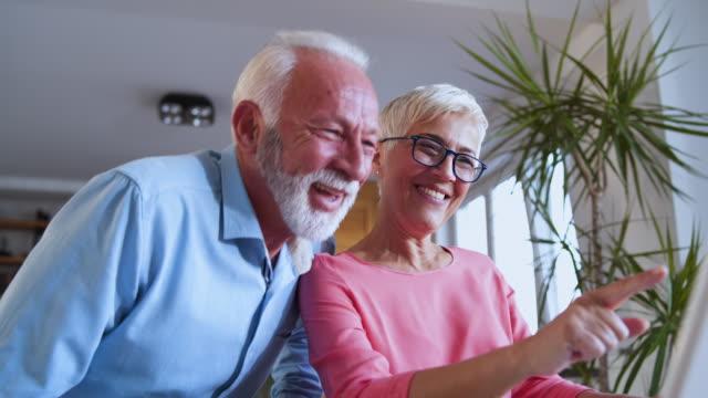 Senior pareja en Skype con ovejerista