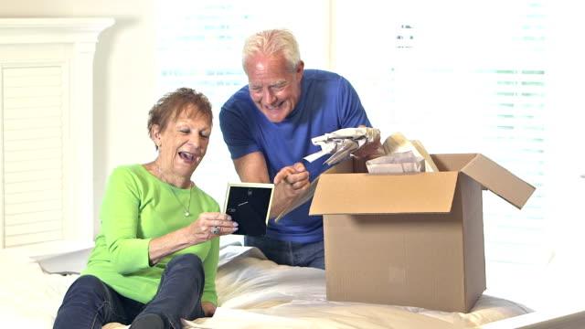 vídeos y material grabado en eventos de stock de pertenencias personales de embalaje pareja senior - reubicación