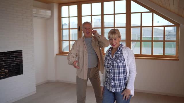 vídeos y material grabado en eventos de stock de pareja mayor que planea el aspecto de su nuevo hogar - propietario de casa