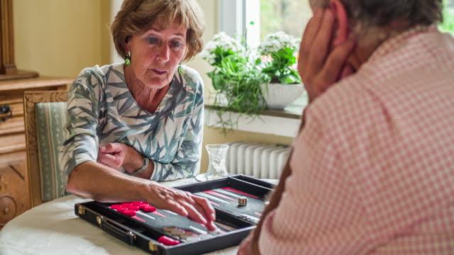 Älteres Paar ein Brettspiel - soziale Senioren