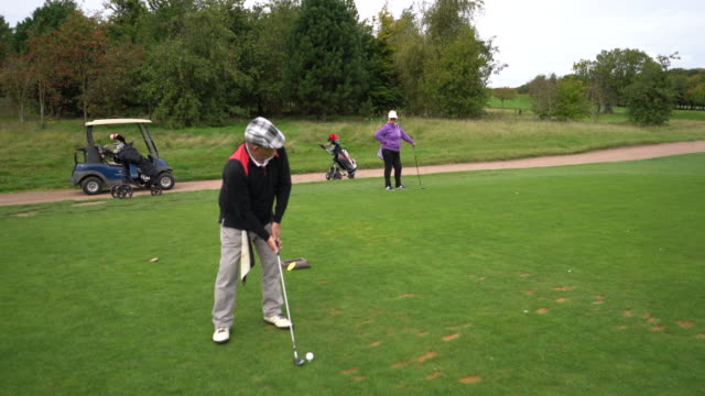 vídeos de stock, filmes e b-roll de a senior couple playing golf. - bolsa de golfe