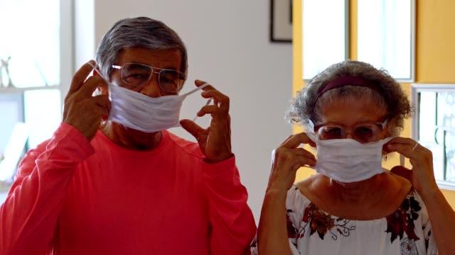 フェイスマスクを着用したシニアカップル - レスピレーターマスク点の映像素材/bロール