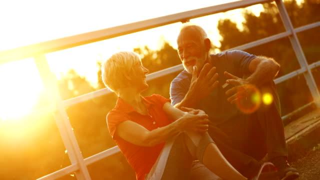 vídeos de stock, filmes e b-roll de casal sênior relaxante ao ar livre. - casal idoso