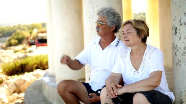 Älteres Paar von einem Spaziergang ausruhen