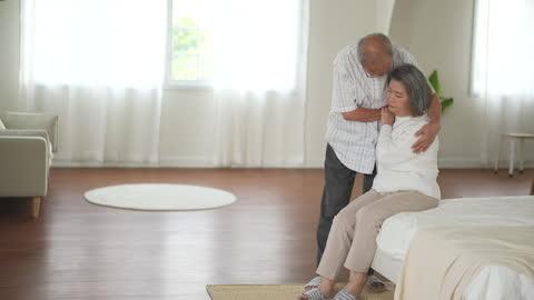 vídeos y material grabado en eventos de stock de tristeza de pareja mayor en la vida de jubilación - demencia