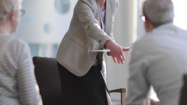 stockvideo's en b-roll-footage met senior couple shaking hands with financial advisor - lening