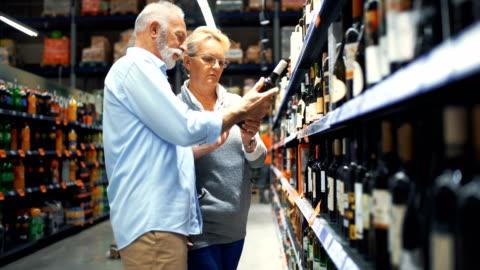 äldre par shopping i snabbköpet. - etikett bildbanksvideor och videomaterial från bakom kulisserna