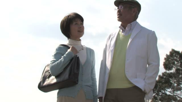 senior couple talking - リタイアメント点の映像素材/bロール