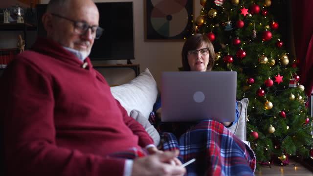 vidéos et rushes de couples aînés utilisant la technologie le jour de noël pour rester en contact avec leur famille et amis pendant la pandémie de covid-19 - seniornaute