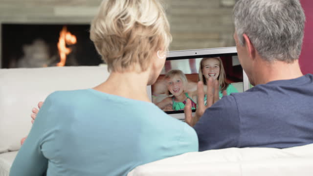 vídeos y material grabado en eventos de stock de senior couple video chatting with grandchildren - abuelo