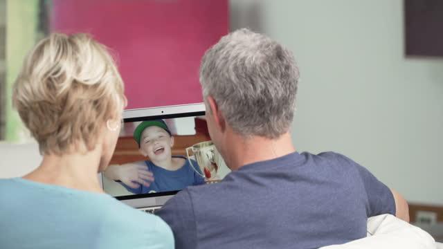 vídeos y material grabado en eventos de stock de video de pareja mayor charlando con nietos - gorra de béisbol