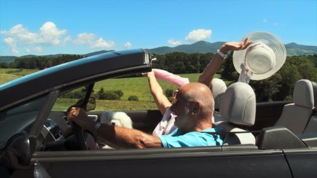 vídeos de stock e filmes b-roll de hd câmara lenta: par idoso - carro descapotável