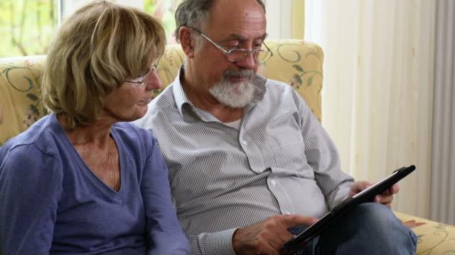 vídeos de stock, filmes e b-roll de casal idoso - 60 64 anos