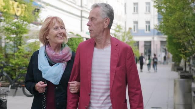 vídeos y material grabado en eventos de stock de pareja senior caminando y hablando en liubliana - liubliana