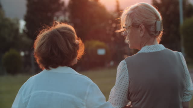senior par går in i solnedgången - gå tillsammans bildbanksvideor och videomaterial från bakom kulisserna