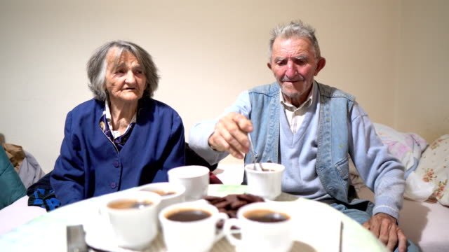 vídeos de stock e filmes b-roll de senior couple with dementia - centenário