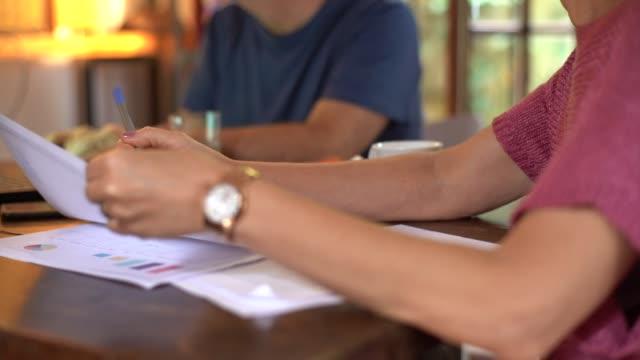 vídeos y material grabado en eventos de stock de senior pareja trabajando juntos en la casa - financial bill