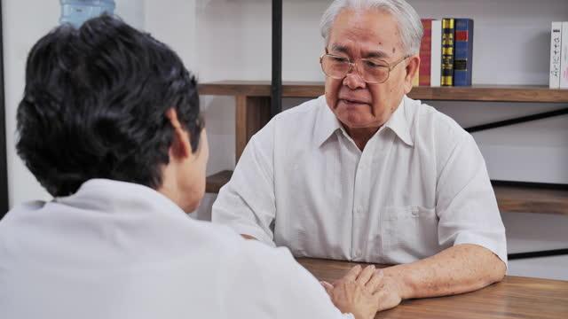シニアカップルは、健康上の問題について話し合い、お互いの世話をしています, シニアアダルト, 幸福, シニアカップル, カップル - 関係, 家庭生活, 退職, 抱擁. - senior men点の映像素材/bロール