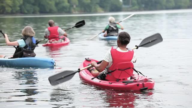 vidéos et rushes de senior couples kayaking on river - kayak sport
