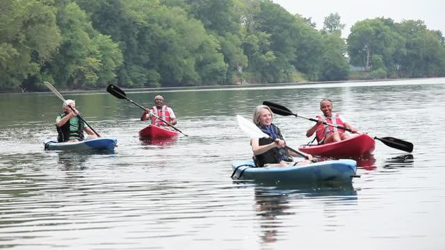 vídeos y material grabado en eventos de stock de parejas mayores haciendo kayak en el río - kayak piragüismo y canotaje