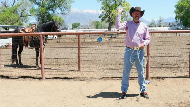 Senior Cowboy mit Lasso auf einer Pferderanch