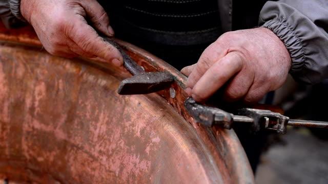 senior handwerker. - marmor stock-videos und b-roll-filmmaterial