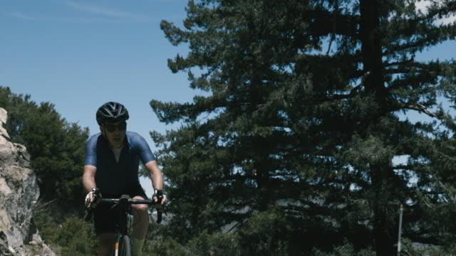 vidéos et rushes de senior cyclist climbs remote mountain road near mt. wilson california - lutte concepts