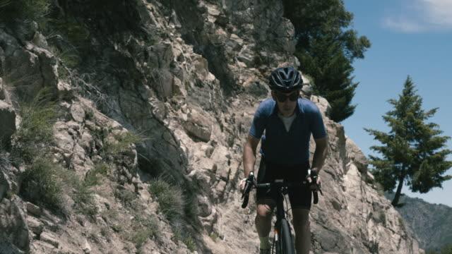 vidéos et rushes de senior cyclist climbs remote mountain road near mt. wilson california - motard
