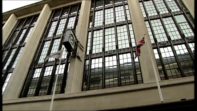 senior daily mail journalist says miliband article was wrongly labelled; t03101343 kensington: ext northcliffe house, the headquarters of daily mail... - デイリーメール点の映像素材/bロール