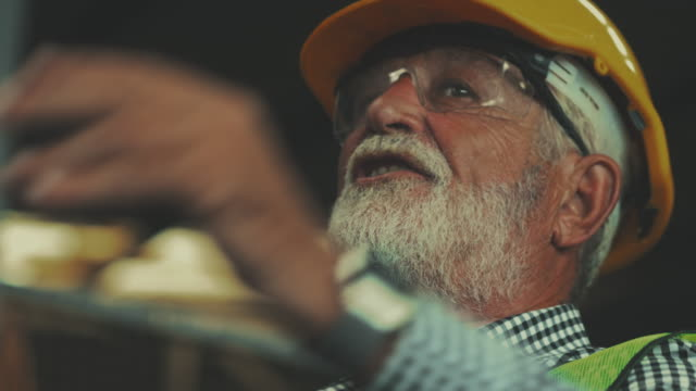 senior engineer rede - arbeiter stock-videos und b-roll-filmmaterial