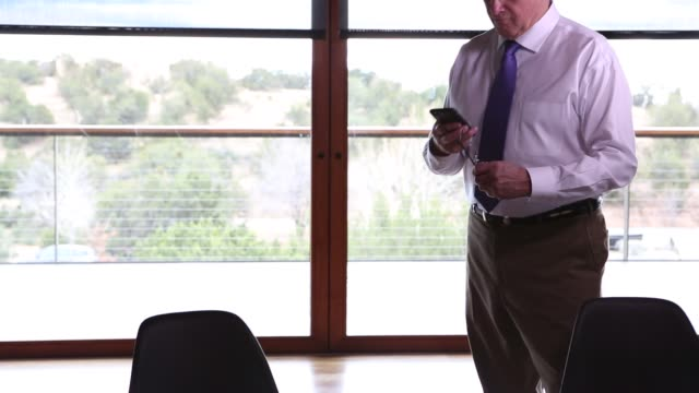 stockvideo's en b-roll-footage met senior executive in modern office space - werkende bejaarden