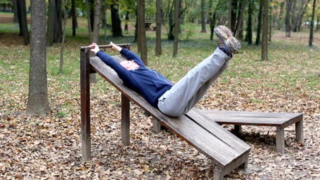 Senior im Park trainieren