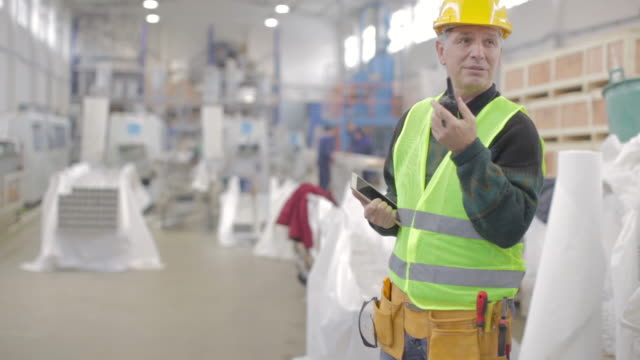 stockvideo's en b-roll-footage met senior fabriek manager - werkende bejaarden