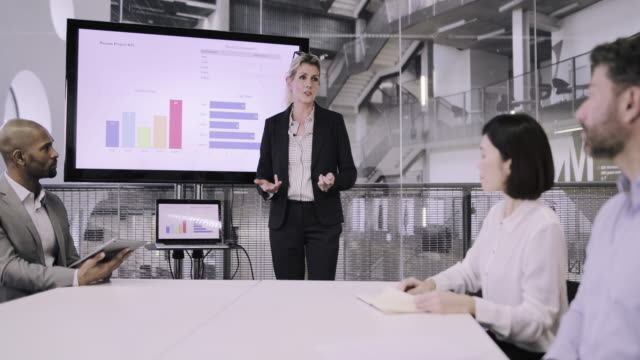 stockvideo's en b-roll-footage met senior female business executive leading a corporate meeting - concentratie
