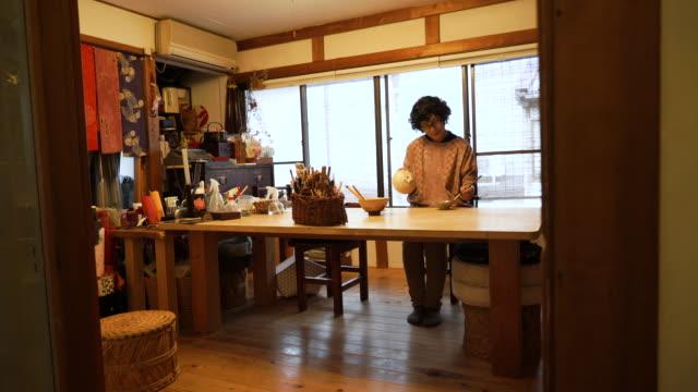 伝統的な漆器シニア女性職人 - 年配の女性点の映像素材/bロール