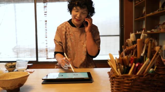 伝統的な漆器シニア女性職人 - 趣味点の映像素材/bロール