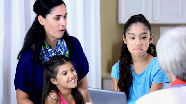 vídeos y material grabado en eventos de stock de senior femenino médico, pacientes femeninos de ascendencia latina en la oficina del pediatra.  también tenemos fotos de esta sesión. - latin american and hispanic ethnicity