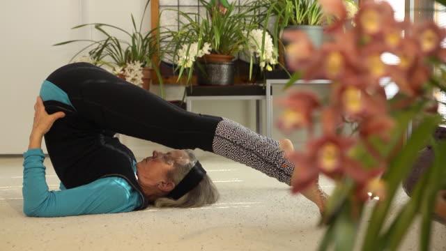 Senior weibliche tun Yoga