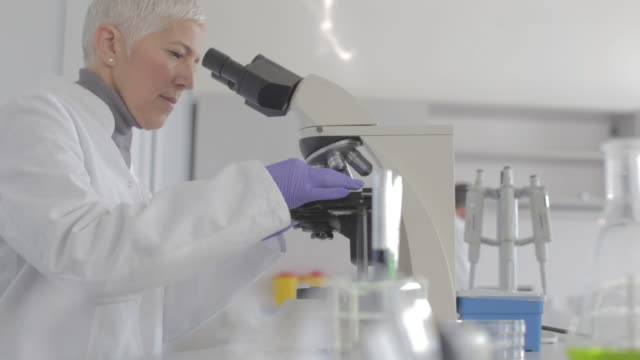 Senior kvinnliga forskare arbetar i laboratoriet