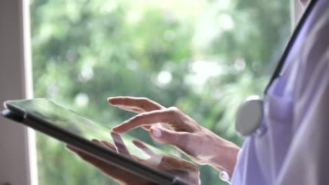 vídeos y material grabado en eventos de stock de médico mujer mujer senior con tablet pc, cámara lenta - imagen generada digitalmente