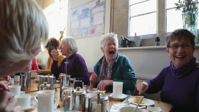 stockvideo's en b-roll-footage met senior friends at a cafe - whitley bay