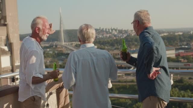 senioren freunde auf rooftop party - 55 59 jahre stock-videos und b-roll-filmmaterial