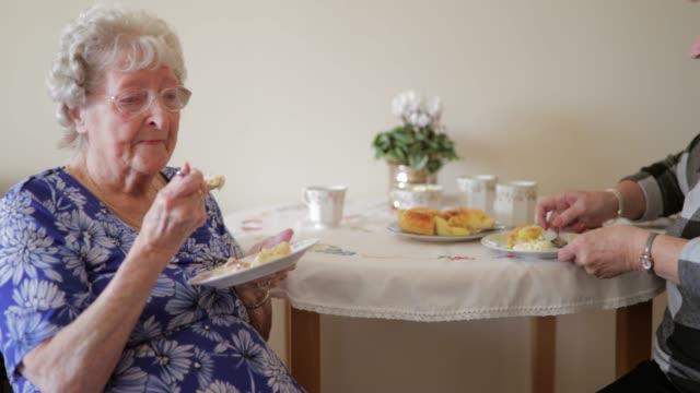 stockvideo's en b-roll-footage met senior vrienden praten over lunch - woongemeenschap ouderen