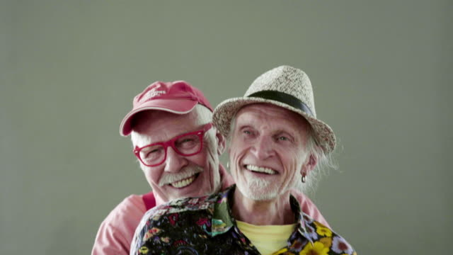 vidéos et rushes de senior gay couple big smiling - fierté
