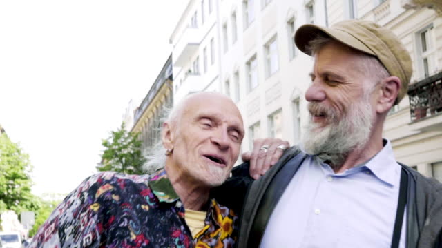 vidéos et rushes de senior gay men walking together - passer le bras autour